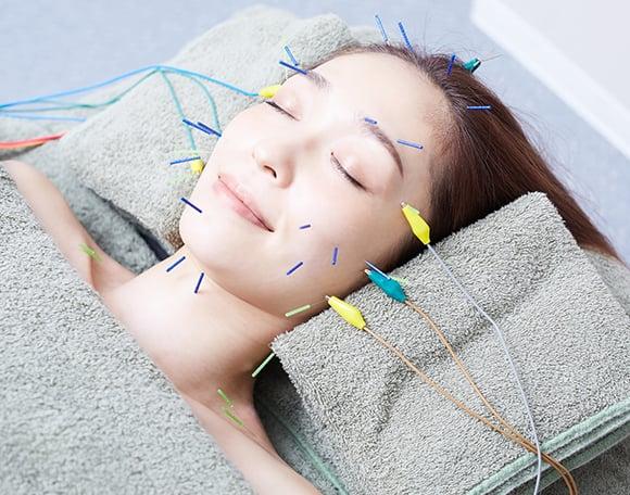 美容鍼で肌の深層にアプローチ